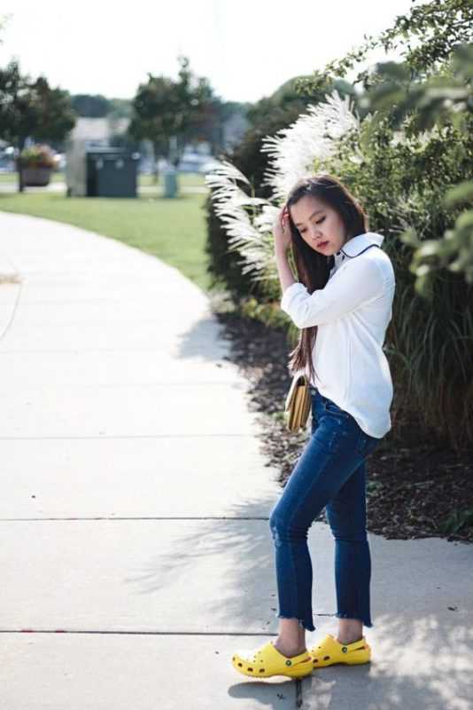 jeans con crocs amarillas