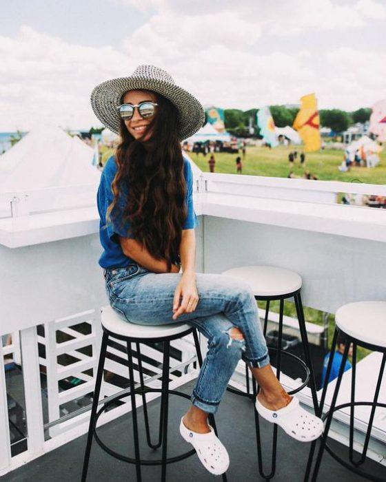 jeans con crocs blancas