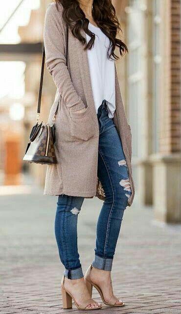 jeans con sandalias color piel