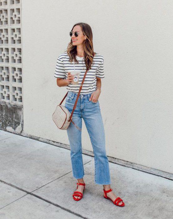 jeans con sandalias rojas planas