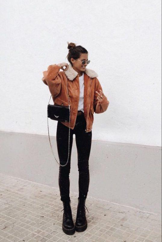 jeans negros ajustados con borceguies
