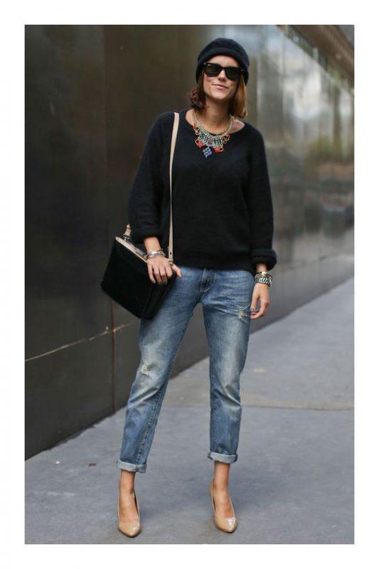 jeans rectos con stilettos beige