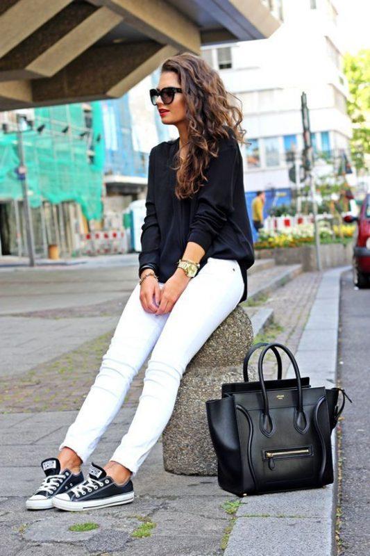 look con jeans blancos y zapatillas negras