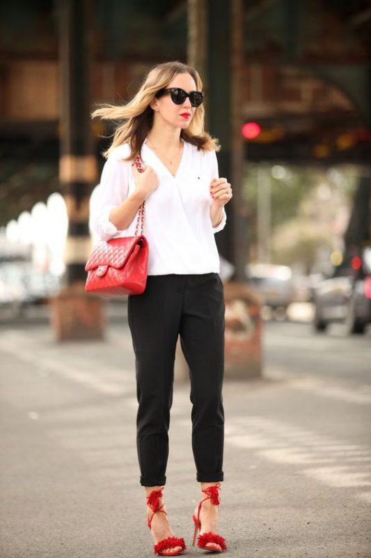 look con pantalon negro y sandalias altas rojas
