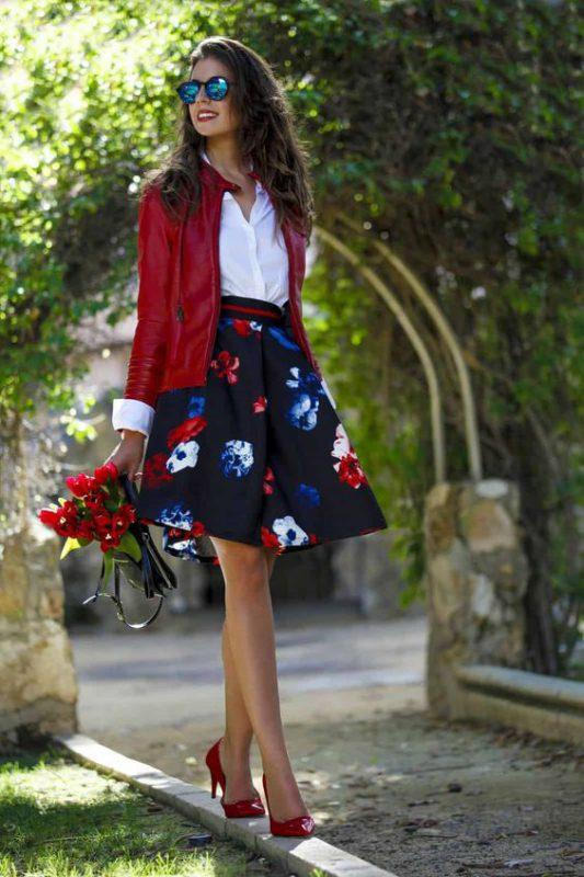 look de fiesta con stilettos rojos