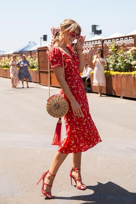 look de verano con sandalias altas rojas