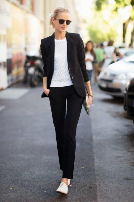 look para ir a trabajar con zapatos planos abotinados de mujer
