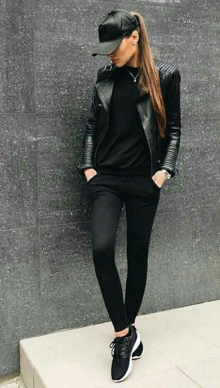 look total black con zapatillas negras
