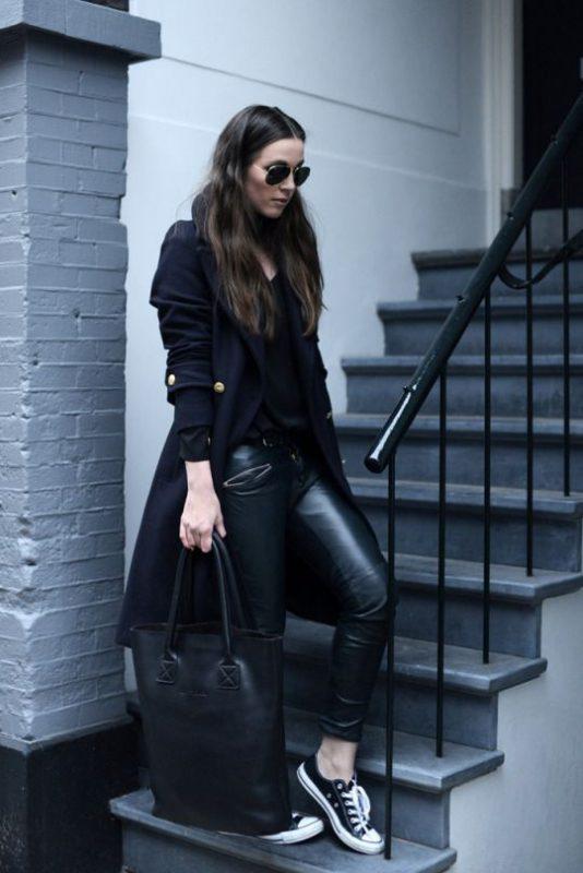 outfit con pantalon engomado y zapatillas negras