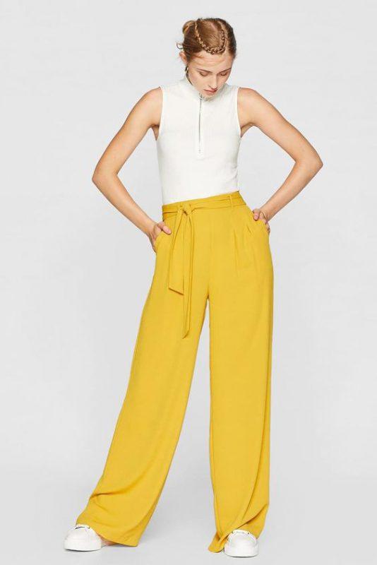 outfits con pantalones palazzos amarillo y zapatillas