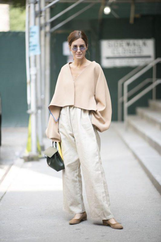 outfits con pantalones palazzos con zapatos planos