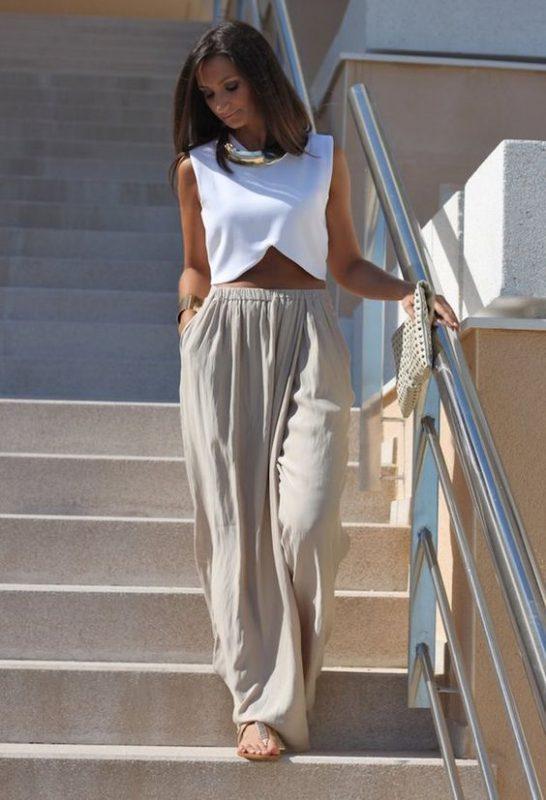 outfits con pantalones palazzos de lino y sandalias planas