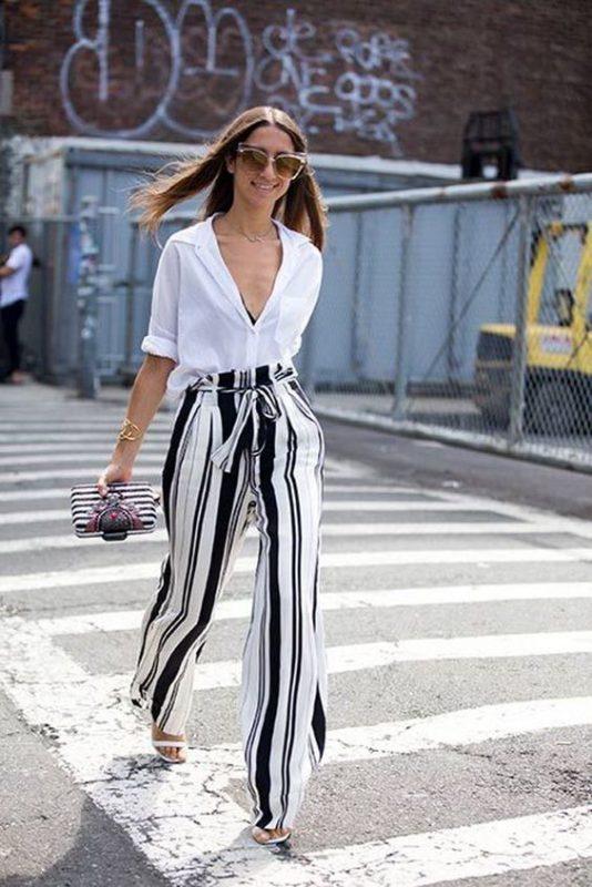 outfits con pantalones palazzos y sandalias blancas