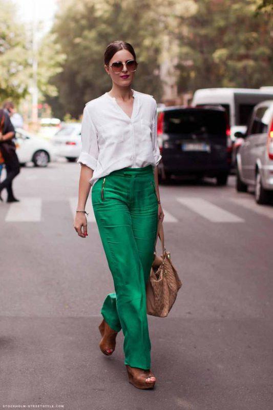 outfits con pantalones palazzos y sandalias con base alta