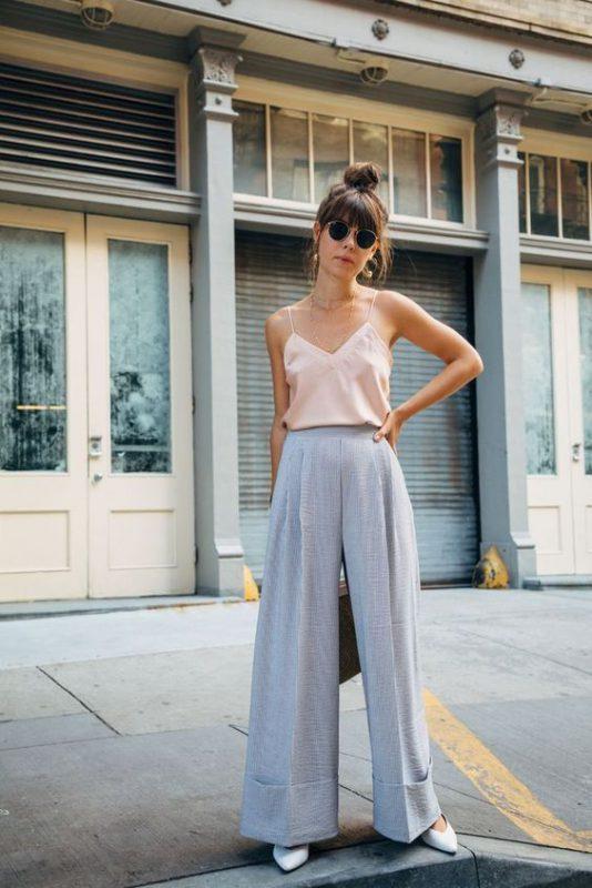 outfits con pantalones palazzos y stilettos blancos