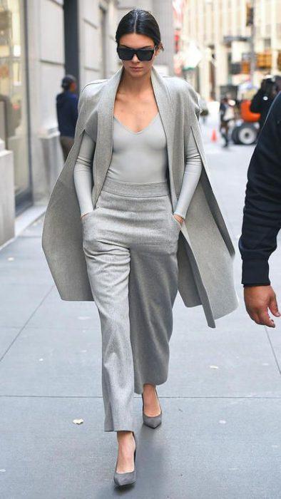 outfits con pantalones palazzos y stilettos