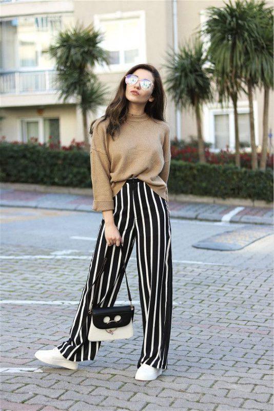 outfits con pantalones palazzos y zapatillas blancas