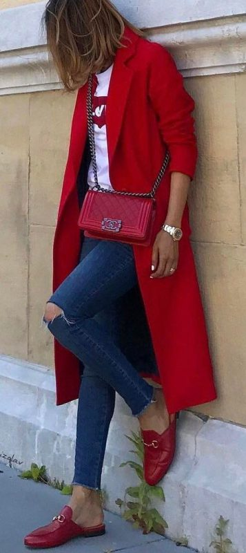 outfits con zapato cartera y abrigo rojo