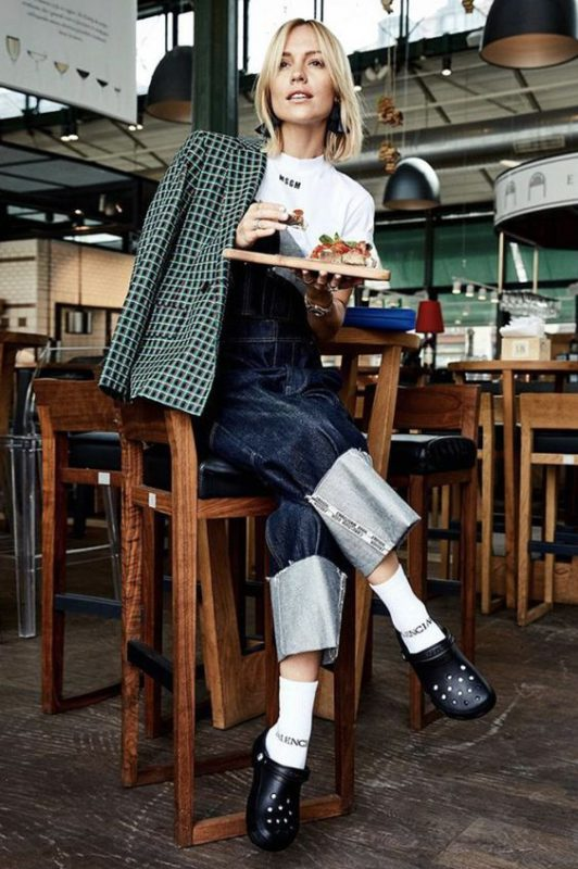 outfits de sandalias crocs con medias