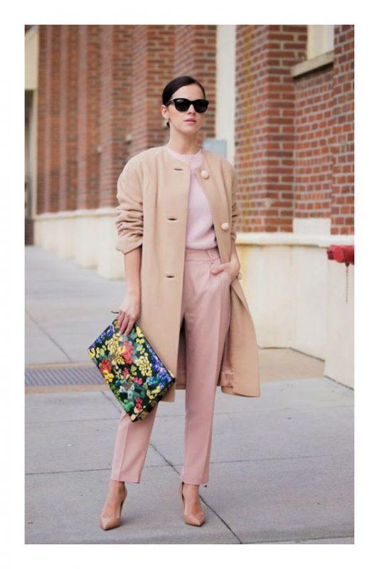 outfits en tonos pasteles con stilettos