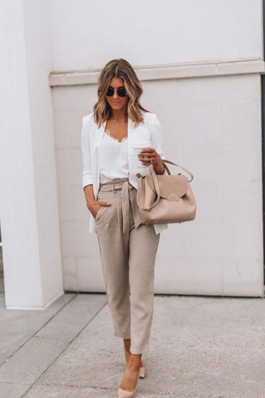 outfits para oficina con zapatos color piel