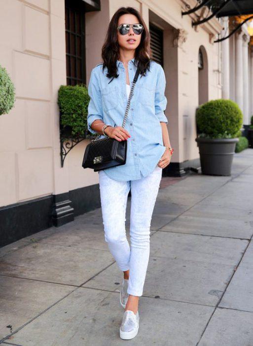 panchas plateadas con jeans blanco
