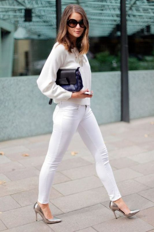 pantalon blanco con stilettos plateados
