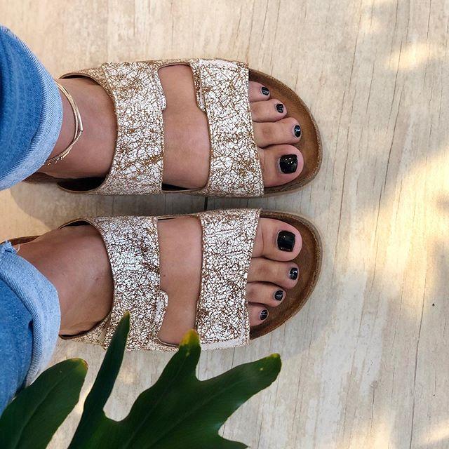 sandalias doradas Tomas Cane verano 2021