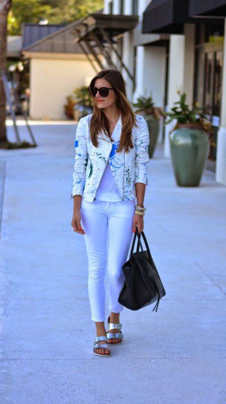 sandalias plateadas con jeans blancos