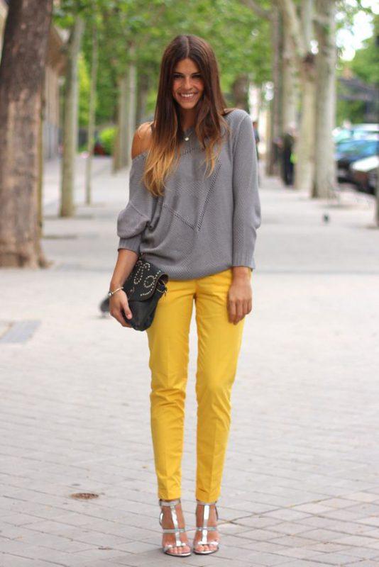 sandalias plateadas con pantalon amarillo