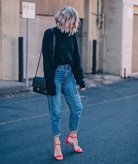 sandalias rojas con jeans