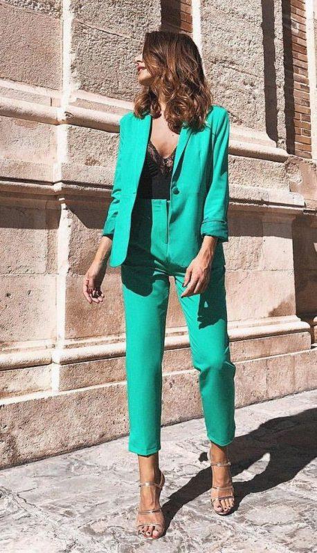 traje verde esmeralda con sandalias plateadas