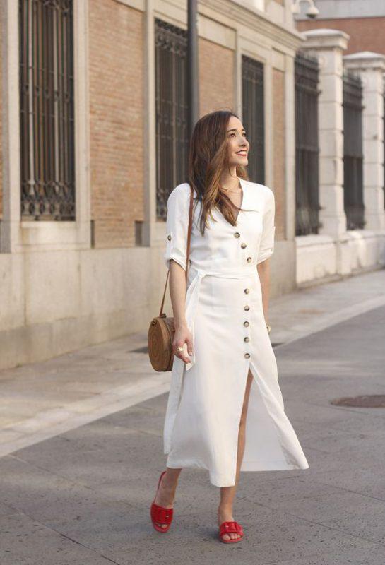 vestido camiser blanco con sandalias planas rojas