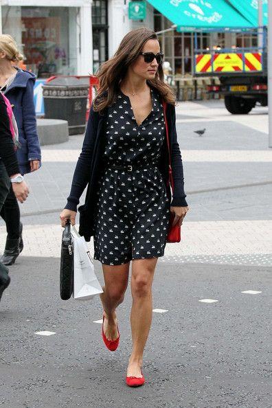 vestido estampado con zapatos rojos