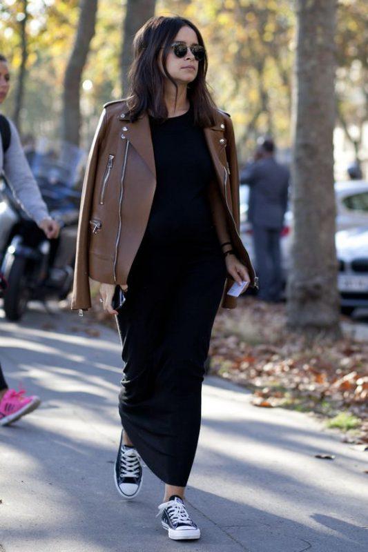 vestido largo informal con tenis negras