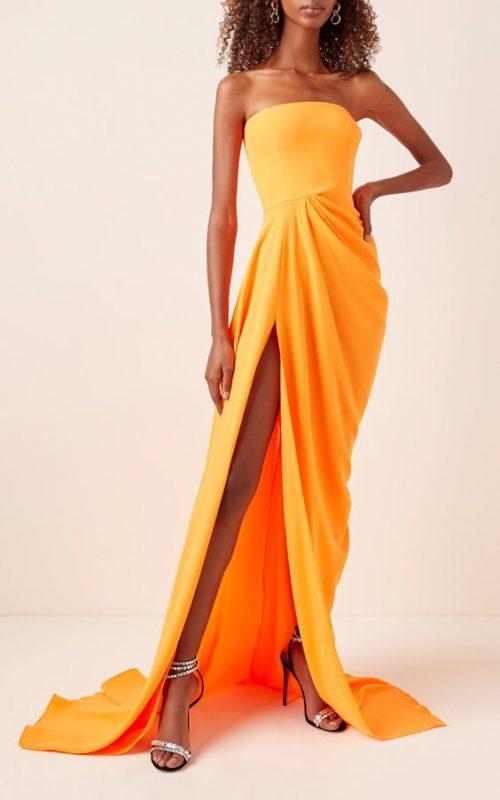 vestido naranja con sandalias plateadas