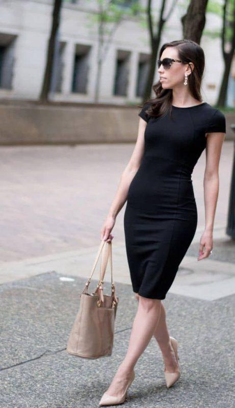 vestido negro formal con zapatos color piel