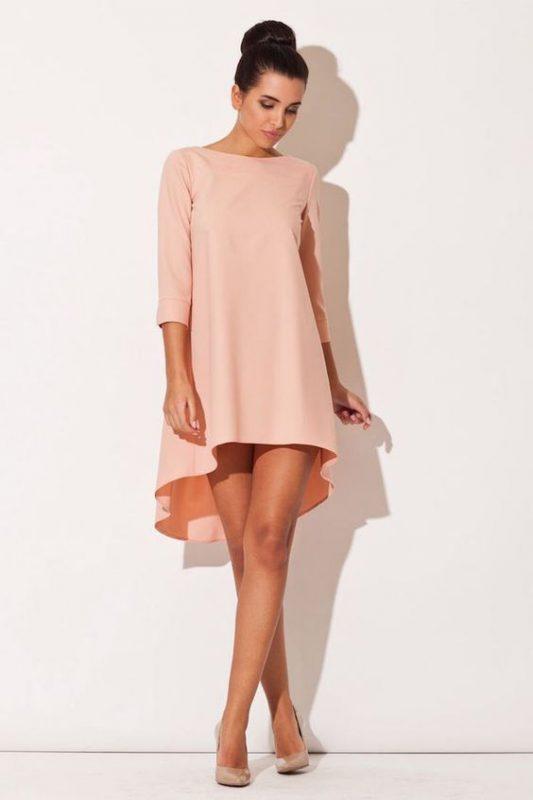 vestido rosa con stilettos beige