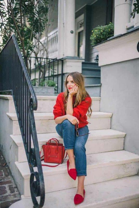 zapatos planos rojos con jeans