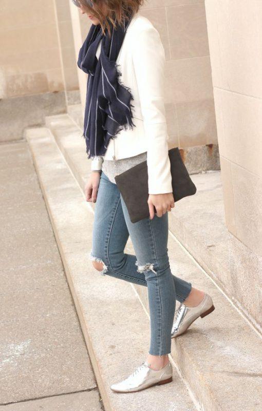 zapatos plateados con jeans