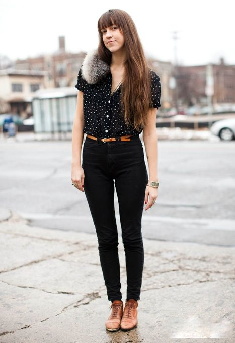 jeans negro con zapatos marrones para mujer