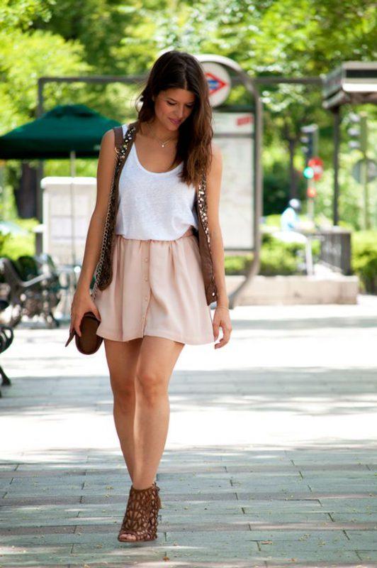 minifalda rosa con zapatos marrones para mujer
