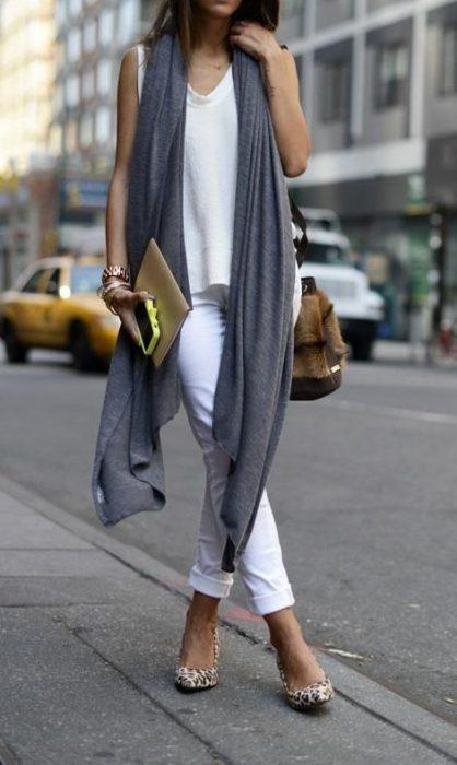 outfit blanco con zapatos leopardo