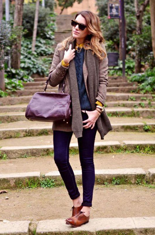 outfit en tono azul oscuro con zapatos marrones para mujer