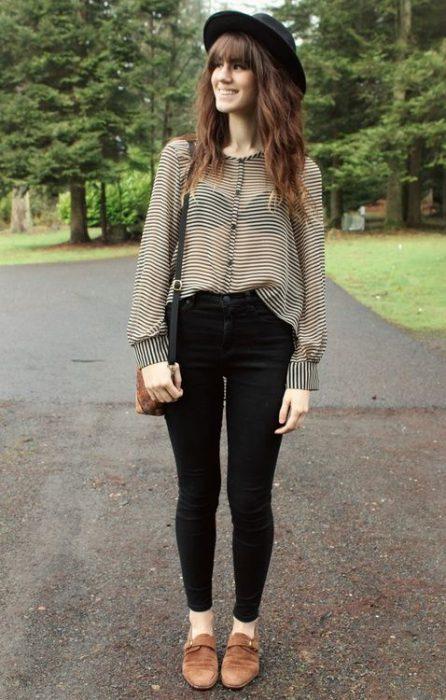 outfit juvenil negro con zapatos marrones para mujer