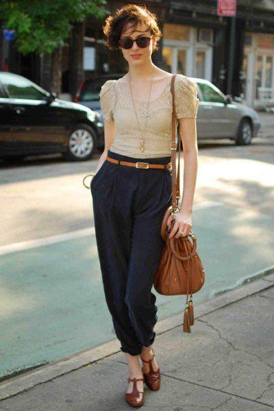 pantalon azul con zapatos marrones para mujer