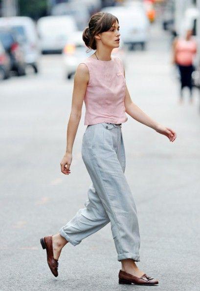pantalon gris claro con zapatos marrones para mujer