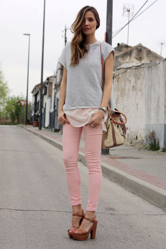 pantalon rosa con zapatos marrones para mujer