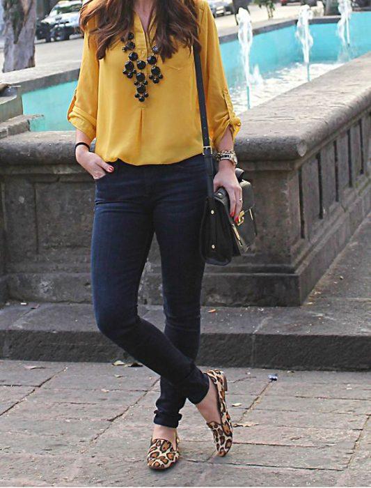 zapatos animal print leopardo con blusa amarilla