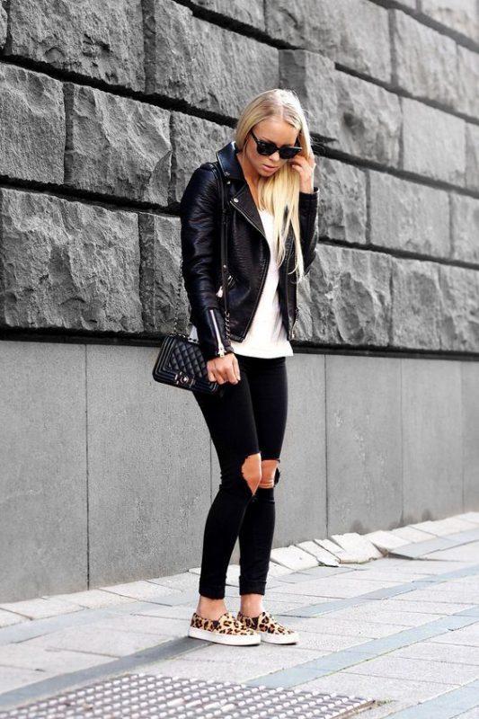 zapatos animal print leopardo con campera de cuero y pantalon negro